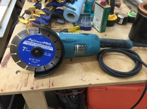 Diamond blade properly mounted in the grinder